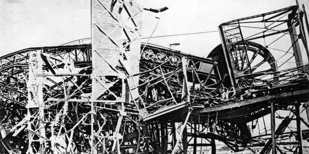 Zdemolovaná těžní věž po explozi na Dole Gabriela